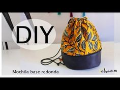 Srta.Pizpiretta: Diy Tutorial mochila de tela con polipiel y base redonda. Make Your Own Clothes, Diy Clothes, Diy Sewing Projects, Sewing Hacks, Lunch Bag Tutorials, Drawstring Bag Diy, Emergency Bag, Bottle Bag, Bag Making