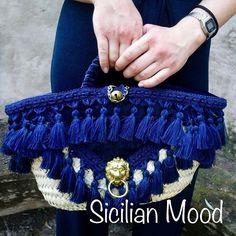 Coffa siciliana color blu notte, decorata con velluto, nappine in frange di seta e accessori oro. Semplice ed elegante! #sicilianmood#sicilianbags#sicily#sicilian#typical#sicilianstyle#lovesicily#lovetaormina#beautiful#bluebag#sicilianaccessories#homemadebags#borsefatteamano#accessorisiciliani#stilesiciliano#tipichesiciliane#borsesiciliane#borsablu#frange#borsesicilianefatteamano#stilesiciliano#taormina