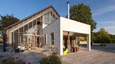 aatvos a conçu cette maison dans la campagne au nord des Pays-Bas pour le compte d'une famille, avec pour objectif de reconstruire une ferme existante, mais qui reflèterait les temps modernes.