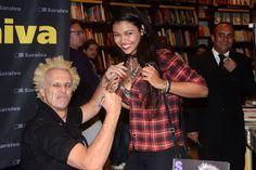 Supla autografa seio de fã em lançamento de livro em São Paulo