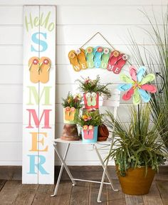 Flippin' and Floppin' Summer Decor Extravaganza Summer Front Porches, Summer Porch Decor, Diy Yard Decor, Front Porch Signs, Front Door Decor, Man Cave Garage, Cave Bar, Flip Flop Craft, Flip Flop Wreaths