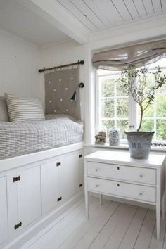 aufbewahrungsideen Bett mit Stauplatz und weiße Holzkommode