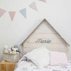 Cabecero de madera en forma de casita cuyo tejado se puede pintar en 6 colores distintos y que ofrece la posibilidad de añadir el nombre o palabra que quieras en el color de tu elección - Minimoi