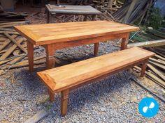 Mesa e bancos feitos com madeira de demolição.  Visite nosso site: http://vrmarcenaria.com.br/
