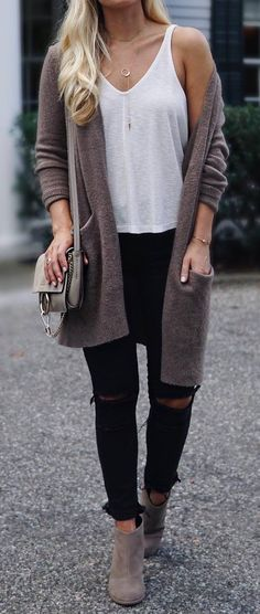 what to wear a cardi : top + bag + black rips + boots