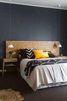 Une chambre masculine avec une tête de lit d'architecte en OSB.