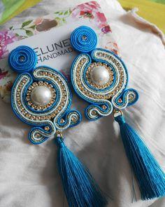 La imagen puede contener: 1 persona Soutache Earrings, Drop Earrings, Soutache Tutorial, Shibori, Diy Jewelry, Jewerly, Amazing, Fashion, Earrings Handmade
