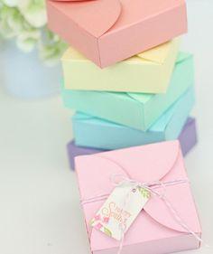 comment faire une boite en papier, des boites de couleurs diverses à offrir pour célébrer l'arrivée du printemps