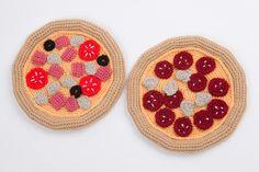 Pizza pepperoni et pizza jambon champignons fromage au crochet.