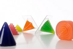 Noisy jelly is a game where the player has to cook and shape his own musical material, based on colored jelly.  The gamer has to mix the ingredients, included in the chemistry lab, with water and make jelly shapes. Next, these jelly shapes have to be placed on the board in order to activate the game.