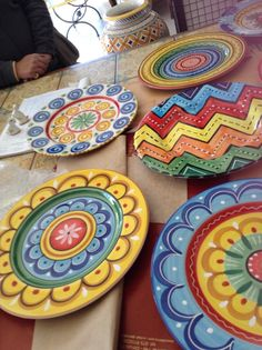 Ideas on How You Can Use Pottery for Your Dining Room Pottery Plates, Ceramic Plates, Ceramic Pottery, Pottery Painting, Ceramic Painting, Ceramic Art, Painted Plates, Hand Painted Ceramics, Keramik Design