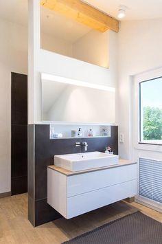 Badezimmer Im Dachgeschoss Bei Vicky: Halbhohe Wand, Offene Dachbalken Und  Ein Hängender Waschtisch Gestalten