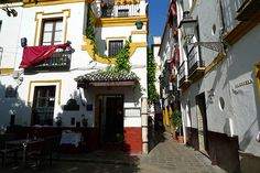 Typical narrow streets in the old Jewish ghetto of Barrio Santa Cruz, Sevilla, Andalusia, Spain