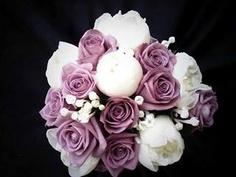 Bouquer de peonia blanca y rosa lila con un toque de bouvardia