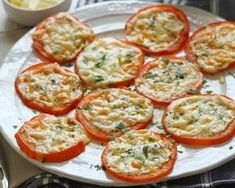 The tomatoes au gratin with Parmesan are a pure delight (and fac .- Tomatoes au gratin with Parmesan are a pure delight (and simple to make! Mini Pizzas, Baked Parmesan Tomatoes, Baked Garlic, Garlic Parmesan, Vegetarian Recipes, Healthy Recipes, Fast Recipes, Seafood Appetizers, Tomato And Cheese