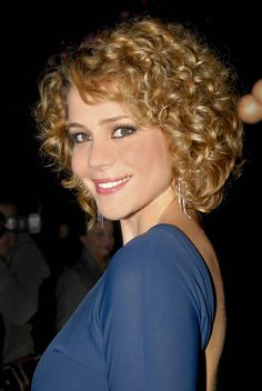 The most desirable and sexy hair is curly hair. Women those have curly are blessed due to its own glorified beauty. The curly hair can create a savvy look . Short Curly Haircuts, Curly Hair Cuts, Permed Hairstyles, Short Hair Cuts, Curly Hair Styles, Curly Short, Layered Hairstyles, Hairstyles 2018, Simple Prom Hair