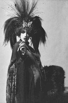 Ci-contre, Marisa Berenson costumée en Marquise Luisa Casati Stampa au bal Proust à Ferrières, le 11 décembre 1971.