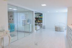 Paloma Schell - Fotógrafa Especializada em Recém-nascidos | The studio Newborn Studio, Home Studio, Bathtub, Bathroom, Interior, Furniture, Natural Light, Photography Studios, Home Decor