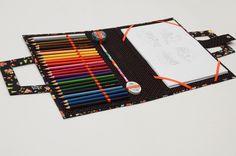 Linda pasta para desenho feita em cartonagem, revestida com tecido 100% algodão. Espaço para 24 lápis de cor, 1 borracha, 1 apontador e 1 lápis de escrever. A pasta comporta folhas no tamanho A4. O material escolar é apenas ilustrativo, não acompanha a pasta.