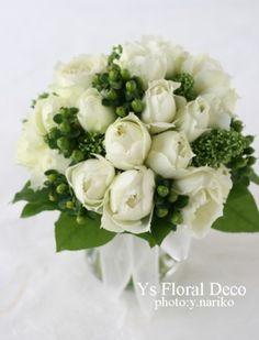 バラ、シキミア、ヒペリカムのクラッチブーケ  @水天宮ロイヤルパークホテル  ys floral deco
