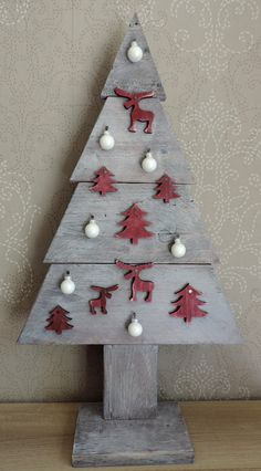 Petit sapin de Noël à poser en bois de palettes, décoré avec motifs bois et verre : Accessoires de maison par les-ateliers-du-pom