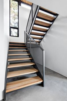 Gorgeous Wooden Staircase Design Ideas For Branching Out 16 Wooden Staircase Design, Stair Railing Design, Staircase Railings, Wooden Staircases, Steel Stairs Design, Open Staircase, Escalier Design, Modern Stairs, Metal Building Homes