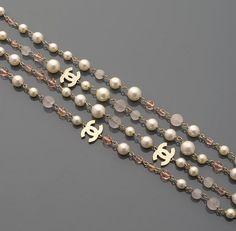 CHANEL Sautoir en perles d'imitation, pierres roses facettées et siglé