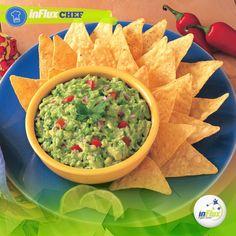 """Iguaria típica do México, o """"guacamole"""" é muito apreciado na culinária, sendo servido com outros pratos tradicionais. ¿Y si hacemos un delicioso guacamole?  Ingredientes: - 2 paltas; - 2 ajíes picantes; - 2 cebollas picadas; - Un tomate pelado, sin semillas; - Sal;  Cómo preparar: Ponga en la licuadora las cebollas, ajíes y el sal; agregue la palta en pedazos y el tomate cortado, licúe y pase a un bol. Hasta el momento de servir, guárdelo en la heladera tapado con papel film."""