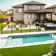 Il est possible de clôturer sa piscine tout est restant chic et élégant. Pool House Designs, Backyard Pool Designs, Swimming Pools Backyard, Pool Landscaping, Patio Design, Backyard Plan, Modern Backyard, Backyard Patio, Small Pool Design
