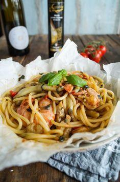 Frutti di Mare al Cartoccio - Cooking Italy Spaghetti, Ethnic Recipes, Food, Italian Recipes, Recipes With Rice, Crabs, Credenzas, Pasta Meals, Food Portions