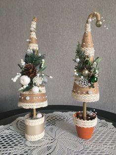 Como hacer pinitos navideños con punta torcida Cone Christmas Trees, Christmas Tree Crafts, Handmade Christmas Decorations, Christmas Minis, Felt Christmas, Rustic Christmas, Christmas Projects, Holiday Crafts, Christmas Holidays