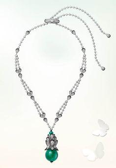 Cartier L'Odyssée de Cartier – Parcours d'un Style Necklace 曾為印度大公設計的「水果錦囊」(Tutti Frutti)系列,在此時褪去了繽紛的色彩,僅用一抹綠色象徵生生不息的創造力。黑漆描邊的白金鑲鑽石葉瓣簇擁著一顆66.90克拉的天然磨圓祖母綠寶石。