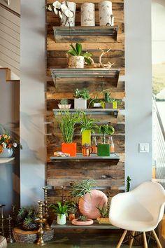 Imagens via Pinterest      Olá queridos!     E mais uma vez vamos nos inspirar nas ideias com o bom e versátil pallets!  ...