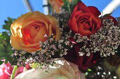 Svatební kytice z růží a divokých květů