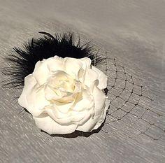 真っ白なローズと2種のブラックフェザーを使ったヘッドドレス。ホワイトローズとブラックの羽のコントラストとゴールドのネットがモダンな印象に。本物の花だからこその...|ハンドメイド、手作り、手仕事品の通販・販売・購入ならCreema。