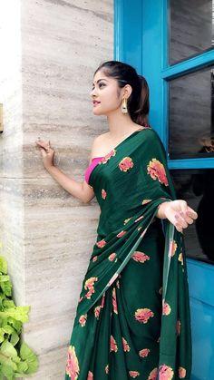 Emerald Green floral saree with fuschia blouse piece Simple Sarees, Trendy Sarees, Stylish Sarees, Fancy Sarees, Floral Print Sarees, Saree Floral, Printed Sarees, Indian Designer Outfits, Indian Outfits