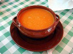 CONTRA LA RESACA: El Gazpacho, o el zumo de tomate en su defecto, es muy bueno para la resaca!  Yo lo hago de la siguiente manera:  - Muchos tomates maduros  - 1 cebolla  - 1 ajo  - media manzana  - 1 pepino  - 1 pimiento rojo grande  - 1 pimiento verde  - 1 rodaja de pan  Se tritura todo, se le añade aceite de oliva, un poco de vinagre y sal.  Enviado por Glenn