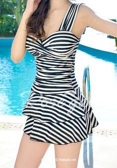 Trendy Sweetheart Neckline Striped One-Piece Swimsuit For Women - Bademode Modest Swimsuits, Cute Swimsuits, Women Swimsuits, Chic Outfits, Pretty Outfits, One Piece Swimsuit Slimming, Swimwear Fashion, Women's Swimwear, Bikinis