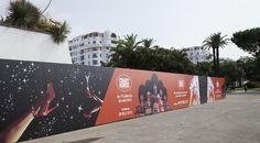 Palissade décorée en adhésif devant le Palais des Festivals de Cannes