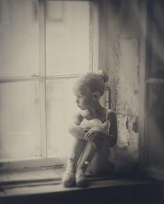 Фото Девочка - балерина сидит на окне, фотограф Надежда Шибина