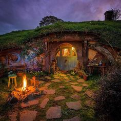Hidden hobbit holes in Hinuera, New Zealand would be a magical escape for movie buffs! Hobbit Door, The Hobbit, Casa Dos Hobbits, Fairytale House, Underground Homes, Earth Homes, Cute House, Earthship, Fairy Houses