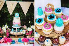 mesa de doces com bandeirolas para festa infantil para meninas tema animais da floresta em tons de azul, rosa e dourado.Bolo e cupcakes decorados no tema;