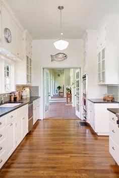 Spanish style homes – Mediterranean Home Decor Kitchen Cabinet Design, Spanish Revival Kitchen, Kitchen Remodel, Boho Kitchen, Colonial Kitchen, Mediterranean Home Decor, Kitchen Style, Kitchen Design, Spanish Kitchen
