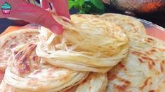 This recipe is so quick, easy and delicious that it is most definitely a new favorite yeast bread recipe. Flatbread can also be called Naan, an Indian yeast-leavened bread, traditionally baked in a cl Turkish Recipes, Indian Food Recipes, Ethnic Recipes, Mandazi Recipe, Yeast Bread Recipes, Pancake Recipes, Clay Oven, Bon Dessert, Chicken Stuffed Peppers