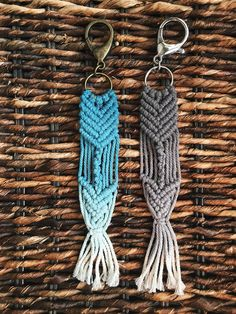 * 1 keychain * Made with cotton * Blue with bronze * Gray with silver Macrame Art, Macrame Projects, Craft Projects, Crochet Keychain, Diy Keychain, Braclets Diy, Craft Stalls, Rope Crafts, Macrame Patterns