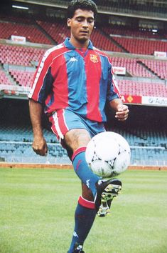 Romario: Romário de Souza Faria played two seasons with Barcelona scoring 34 goals in 46 matches. Romário was named FIFA World Player of the Year in the first Barca player to receive the ward. Football Drills, Best Football Players, Good Soccer Players, Sport Football, Football Stuff, Fc Barcelona, Camisa Barcelona, Soccer World, World Football