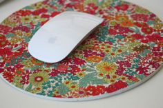 Tuto Tapis souris liberty Diy Tapis, Liberty Print, Liberty Of London, Diy Projects To Try, Creations, Homemade, Sewing, Handmade Gifts, Crafts