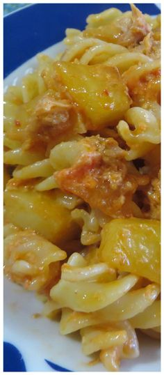 Pasta patate e tonno, semplice e buonissima! #pastapatateetonno #patate #tonno #fusilli #primopiatto #primipatate #ricettegustose Fusilli, Gnocchi, Macaroni And Cheese, Spaghetti, Food Porn, Food And Drink, Cooking Recipes, Ethnic Recipes, Noodle