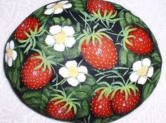 Strawberries and daisies, painted rock Painted Pavers, Painted Rocks Craft, Hand Painted Rocks, Painted Stones, Pebble Painting, Pebble Art, Stone Painting, Rock Painting, Diy Painting