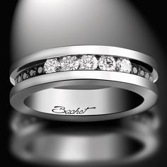 "Alliance pour femme ""Light in Paris"", par Bachet. Cette alliance est en or blanc, diamants blancs (0.30 carat) et diamants noirs (0.12 carat)."